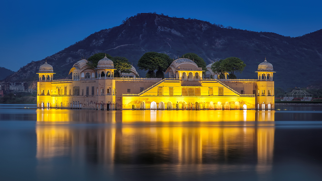 Take a stroll around Jal Mahal